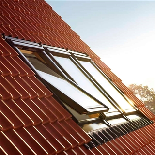 VELUX 1340mm x 980mm Pine Finish Centre Pivot Roof Window --70Q Pane  GGL UK04 3070Q